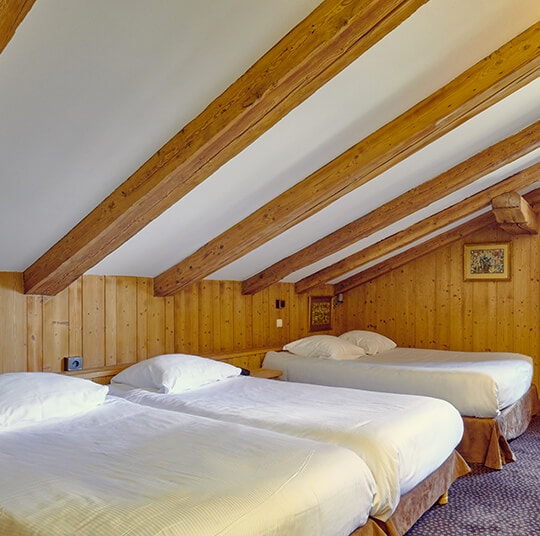 EDRH-Hotel-la-ferme-du-golf-familiale-classique-Chambre-lit-cadre